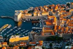 从登上Srdj的顶端看法在Revelin堡垒、城市港口和堡垒圣约翰在堡垒在杜布罗夫尼克,克罗地亚 免版税库存照片