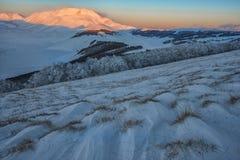 登上Vettore在日落,与雪, Sibillini mountai的冬日 库存照片
