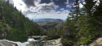 登上Washinton地区自然视图通过Ammonoosuc山沟足迹 免版税库存照片