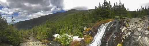 登上Washinton地区自然视图通过Ammonoosuc山沟足迹 库存图片