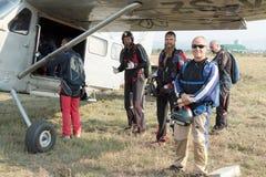 登上X328地图集天使涡轮的跳伞运动员特别地被装备 库存照片