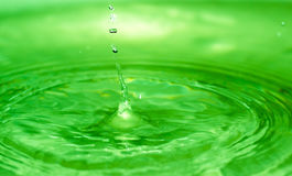 滴下下来从房子的屋顶在散开下做水 免版税图库摄影