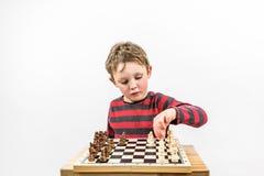 下与他自己,画象演播室射击的男孩棋 横向格式 免版税库存图片