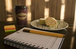 下个月计划与巧克力热饮和蛋糕 免版税库存图片