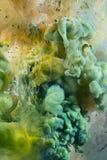 水下五颜六色的液体 上色荧光 免版税库存照片