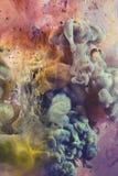 水下五颜六色的液体 上色荧光 库存照片