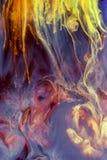 水下五颜六色的液体 抽象五颜六色的构成 免版税库存照片