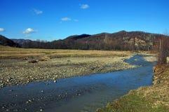 下仍然蓝色山河天空 库存图片