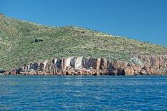 下加利福尼亚海岸岩石和沙漠 免版税库存照片