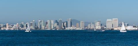 下午与风船的圣地亚哥地平线 库存图片