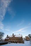 下午多雪农庄的房子 库存照片
