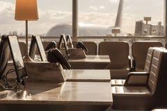 下午太阳的机场休息室 库存图片