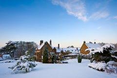下午庭院多雪农庄的房子 免版税库存图片