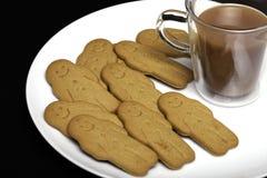 下午快餐舒适食物 姜饼人饼干和杯子 库存照片