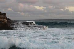 下午海浪和冲浪者 库存图片