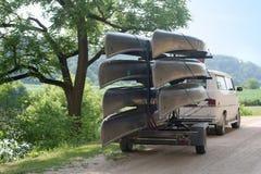 下午独木舟朦胧的热远足夏天 免版税库存照片