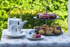 下午茶在庭院里 库存照片