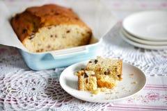 下午茶时间甜面包或重糖重油蛋糕用干果 免版税库存照片