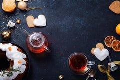 下午茶时间用心形的姜曲奇饼和蜜桔 免版税库存图片
