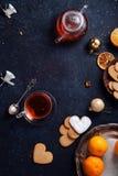 下午茶时间用心形的姜曲奇饼和蜜桔 免版税图库摄影