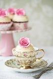 下午茶用玫瑰色杯形蛋糕 免版税图库摄影