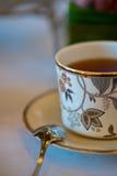下午茶花梢茶杯 免版税库存照片