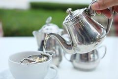 下午茶:倾吐的茶 库存图片