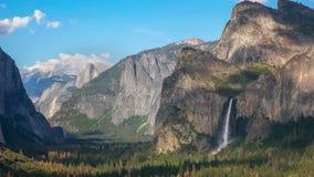 下午被射击bridalveil瀑布和一半圆顶在优胜美地国立公园 库存图片