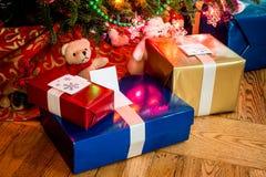 下圣诞节礼物结构树 图库摄影