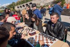 下在竞争的妇女和人棋在乔治亚每年秋天城市节日  免版税库存照片