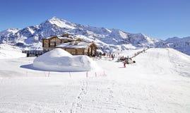 下坡倾斜和滑雪后的山小屋与餐馆大阳台在意大利阿尔卑斯,欧洲,意大利 滑雪地区圣诞老人Caterina 图库摄影
