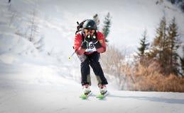 下坡去的滑雪者 免版税库存图片