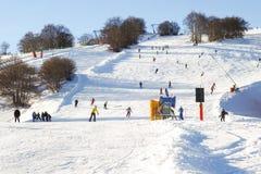 下坡在滑雪倾斜 免版税库存图片