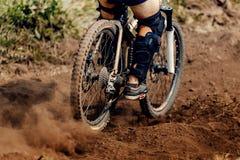 下坡山骑自行车 免版税库存图片