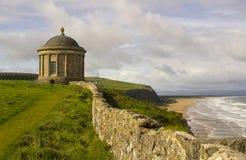 下坡私有地的Mussenden寺庙位于爱尔兰的北海岸的伦敦德里郡 免版税库存图片
