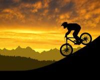 下坡自行车的骑自行车者 免版税库存照片