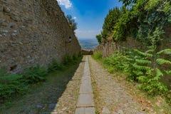 下坡路在科尔托纳,意大利 免版税库存图片