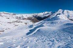 下坡雪与踪影 图库摄影