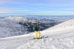 下坡滑雪者在Kasprowy Wierch在扎科帕内在winte的Tatras 库存照片