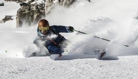 下坡freeride滑雪场地外的粉末滑雪雪 库存图片