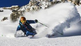 下坡freeride滑雪场地外的粉末滑雪雪 免版税库存图片