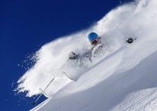 下坡freeride滑雪场地外的粉末滑雪雪 免版税图库摄影
