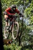 下坡mountainbike车手 免版税图库摄影