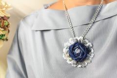 下垂手工制造以牛仔布的形式花作为妇女的一个时髦的辅助部件 图库摄影