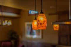 下垂灯具特写镜头在现代厨房内部装饰的 免版税库存图片