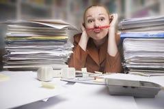 下女实业家沮丧的鼻子铅笔 免版税库存图片