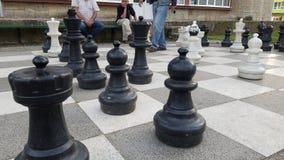 下巨型棋的老人 免版税图库摄影