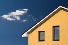 下抽象美丽的蓝色门面房子天空 免版税库存照片