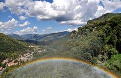 下明亮的彩虹天空 免版税库存图片