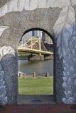 下曲拱桥梁 免版税库存照片